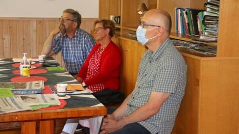 Lääkäri Jari Sainio, oikealla, vastaili yleisön kysymyksiin Sompan virkistyspäivässä, . johon osallistuivat myös Kimmo ja Pirjo Kuuskeri.