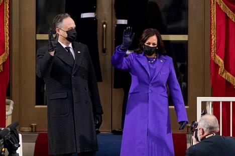 Tuleva varapresidentti Kamala Harris saapui yleisöön puolisonsa Doug Emhoffin kanssa.