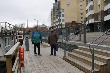Markku Huhtamäki (vas.) ja Raimo Kujansuu toteavat, että kyllä keskustassa ääntä saa olla, mutta saunalautoilta pikkutunneille kantautuva mölinä häiritsee lähiasukkaita.