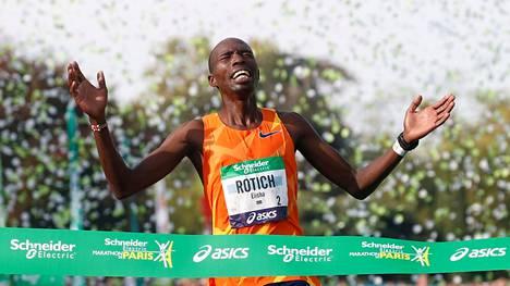 Elisha Rotich vei Pariisin maratonin reittiennätyksen Kenenisa Bekeleltä.