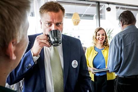 Keskustan puheenjohtajaehdokkaat Antti Kaikkonen ja Katri Kulmuni aloittivat kuukauden mittaisen kierroksensa lauantaina Rovaniemellä hostellin aulakahvilasta.