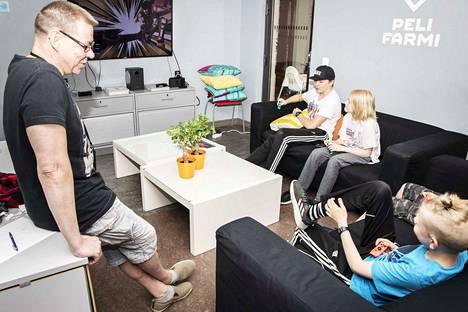 Leiriohjaaja Timo Autio tuomaroi peliturnausta. Voittajalle on luvattu suklaata. Peliin osallistuvat Matias Sukkela, Urho Rouvinen ja Timka Nurminen.