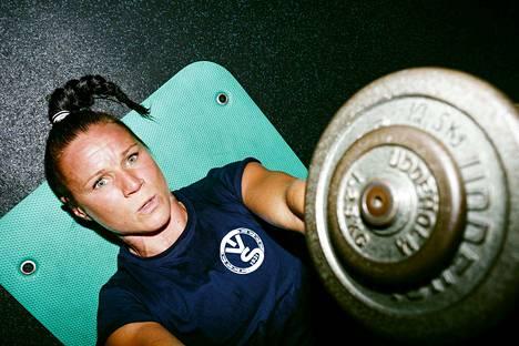 Ilman koronaviruksen aiheuttamia seurauksia Mira Potkonen valmistautuisi todennäköisesti olympianyrkkeilyihin Tokiossa. Nyt hän sen sijaan treenaa kovaa Nokian liikuntahallissa.