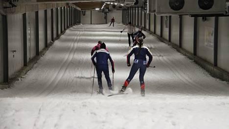 Jämin hiihtotunnelissa pääsee edelleen hiihtämään, tosin koronan aiheuttamien turvallisuusrajoitusten rajoissa. Arkistokuva viime talvelta.