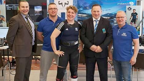 Mänttäläislähtöinen Anni Jääskeläinen nosti MM-kisoissa seitsemänneksi. Kuvassa Jääskeläisen kanssa kisajärjestäjiä Jyväskylästä.