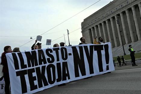 Viime vuoden lokakuussa tuhannet ihmiset marssivat ilmastonmuutoksen ehkäisyn puolesta Helsingissä.
