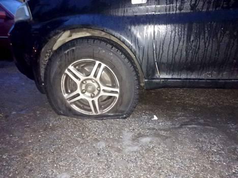 Surkea näky odotti kymmeniä autoilijoita Tampereen Lentävänniemessä maanantaiaamuna. Osasta autoja oli viilletty yksi rengas ja osasta useampia.