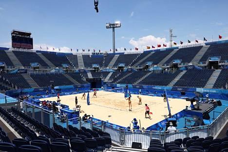 Tokion olympialaiset alkoivat kilpailujen osalta kunnolla lauantaina, jolloin urheiltiin ympäri kaupunkia. Shiokaze Parkissa pelattiin beach volleyn alkusarjan otteluja. Tunnelma oli kolkko ilman katsojia.