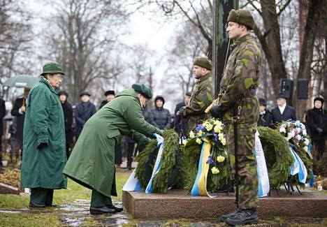 Sankarivainajia muistivat seppeleellä muun muassa Lottaperinne Pori, Porin sotilaskotiyhdistys ja Porin seudun maanpuolustusnaiset.