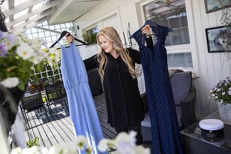 Adelina Kaunisto hankki kaksi valmistujaisasua, koska hän ei osannut päättää, kumpi olisi hienompi. Hän osti haalarin ja mekon käytettyinä netistä.