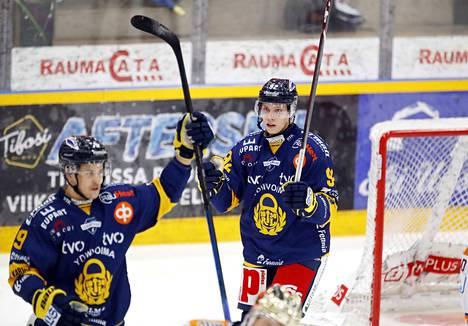 Sebastian Repo (oikealla) iski kolme maalia Turussa. Arkistokuva.