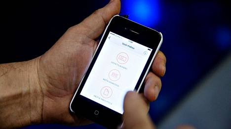 Uhrilta otettiin paitsi pankkitilien tunnukset, myös hänen oma matkapuhelimensa pois. Arkistokuva ei liity tapaukseen.