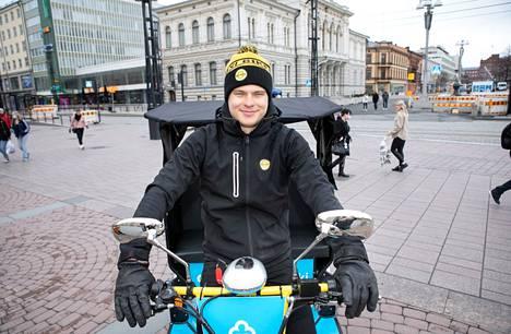 Antti Haavisto polki viime kesän riksaa Kuopiossa. Sähköavusta huolimatta paino putosi neljä kiloa suven aikana. Nyt hän on riksayrittäjä Tampereella.