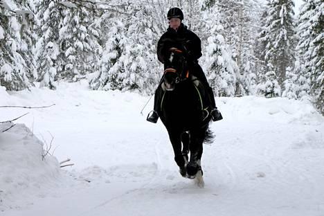 Mia Aaltonen haastaa kaikki hevosystävänsä sekä yksinäiset tai yksinäisyyttä tuntevat liikkumaan hevosten kanssa.