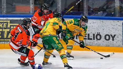 Antti Saarela (25) onnistui pitkästä aikaa maalinteossa. Markus Kankaanperä yritti pysyä hyökkääjän mukana.
