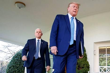 Yhdysvaltain varapresidentti Mike Pence (vas.) ja presidentti Donald Trump riitautuivat mediatietojen mukaan kongressitalon valtauksen aikana viikko sitten. Varapresidentti Pence ei aio käynnistää presidentti Trumpin viraltapanoa perustuslain 25. lisäyksen nojalla.