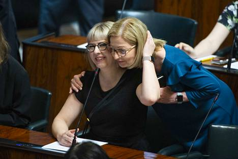 Suomella on uusi hallitus. Anna-Kaisa Pekonen (vas) on uusi sosiaali- ja terveysministeri.