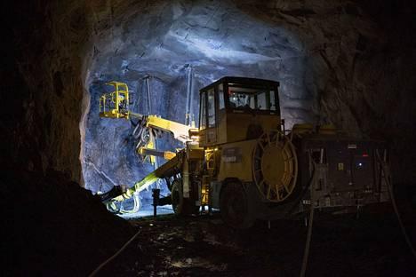 Sulkavuoren keskuspuhdistamon työmaalla on parhaillaan käynnissä kolmen tunnelin louhintatyöt. Jokainen tunneli eteneen yhden päivän aikana noin viiden metrin matkan.