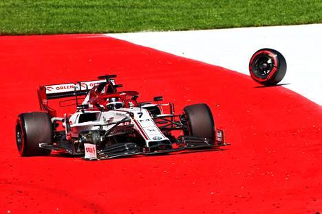 Kimi Räikkösen Alfa Romeosta irtosi rengas sunnuntain kilpailussa ja suomalainen joutui keskeyttämään.