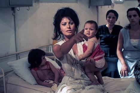 Sophia Loren esittää Oscar-palkitussa elokuvassa Eilen, tänään, huomenna kolmea naista.