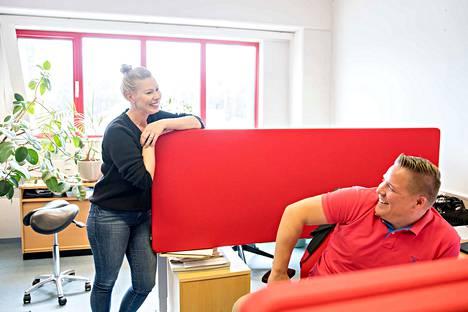 """Erilaisuudesta voimaa. Toimitusjohtaja Mia Mantsinen jakaa saman huoneen liiketoimintajohtaja Tapio Pirisen kanssa. """"Meillä on niin erilaisia ihmisiä. Jokainen täydentää toisiaan"""", Mia Mantsinen sanoo."""