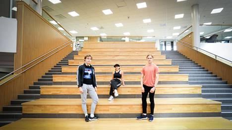 Lempäälän lukion Juho Länsipuro, Anni Tiensuu ja Antti Paasi osallistuivat tänä keväänä Puhutaan politiikkaa -kurssille.