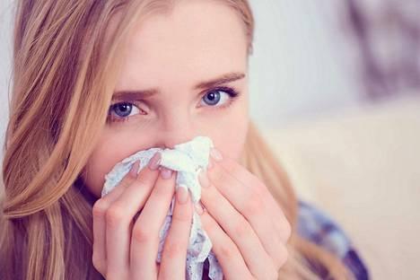 Flunssan ensioireisiin voi kuulua nenän valuminen, kurkun karheus ja vetämätön olo.