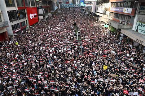 Hongkongilaiset täyttivät keskikaupungin kadut jälleen sunnuntaina. Kaduilla näkyi kaikenikäisiä kaupunkilaisia.