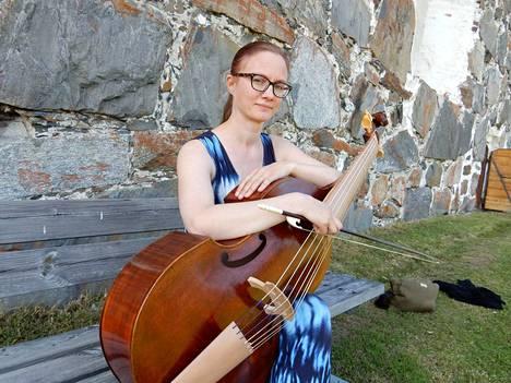 Maija Lampela soittaa ikivanhaa musiikkia upouudella bassogamballa, jonka hän tilasi ranskalaiselta soitinten rakentajalta.