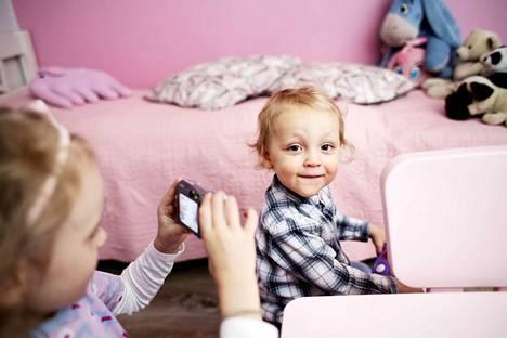 Ronilla ja isosisko Sofialla riittää touhuja. Välillä otetaan valokuvia.
