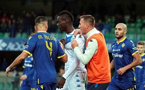 Mario Balotelli vastasi rasistisiin huutoihin kävelemällä kentältä pois.