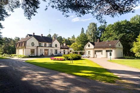 Villa Ahlströmin pihapiirissä, kuvassa oikealla, on Euran ensimmäinen autotalli. Päärakennuksessa toimii nykyään Pyhäjärvi-instituutti.
