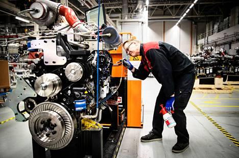 Moottoriasentaja Kimmo Kivi Agco Powerin tehtaalla vuonna 2019. Tehdas toimii Nokian Linnavuoressa.