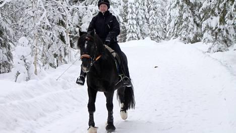 Mia Aaltonen nauttii liikunnasta Tossu-hepan kanssa.