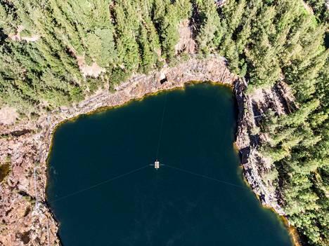 Haverin suuri avolouhos levittäytyy valtavaksi turkoosiksi lammeksi. Vihertävä sävy johtuu kuparista. Haverin louhokseen on hukkunut tiettävästi neljä sukeltajaa 1980- ja 1990-lukujen aikana.