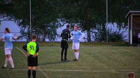 Ottelua tuomaroinut Juha Myllyoja (mustat sukkahousut) jakoi TyPS-United -ottelussa peräti 6 keltaista korttia ja 2 punaista. Peli oli siistimpää kuin tilastot kertovat.