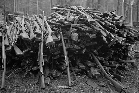 Asekätkennöissä tuhansia kiväärejä kätkettiin ympäri Suomea.