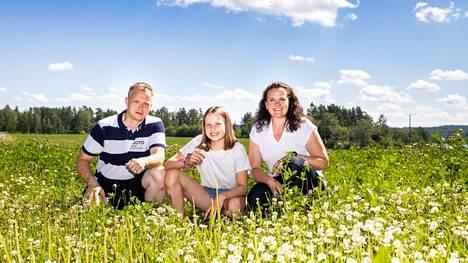 Maanviljelijä Sauli Brander, hänen puolisonsa Heli Anttila sekä perheen Sanni-tytär viettävät kaiken vapaa-aikansa tilalla. Luomutilan pyörittäminen ympäristöystävällisin keinoin on heidän yhteinen juttunsa.