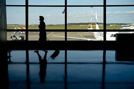 Odottavan aika on pitkä lentoasemalla. Yli kolmen tunnin myöhästymisen jälkeen matkustaja on oikeutettu jopa 600 euron kertakorvaukseen, jos maksun muut edellytykset täyttyvät. Lentoyhtiöiden vapaaehtoisessa maksuhalukkuudessa on suuria eroja, ja pahimpia erimielisyyksiä on ratkaistu kuluttajariitalautakunnassa.