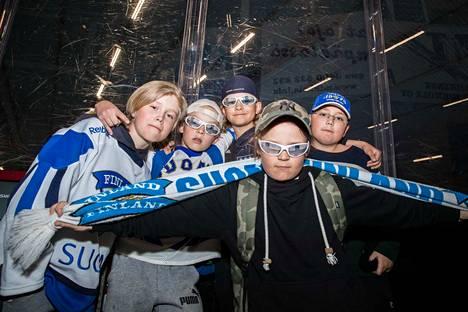 Veeti Eskolin, Lenni Sulonen, Ville Savolainen, Nicklas Saarinen ja Ilja Tchaous olivat saapuneet porukalla Lempäälän jäähalliin kannustamaan Suomea voittoon.