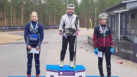 Palkintopallilla lauantain perinteisen tyylin sprintin N20-sarjan mitalistit Tuuli Raunio (kesk.), Felicia Krook Närpes Kraft (vas.) ja Elsa Torvinen.