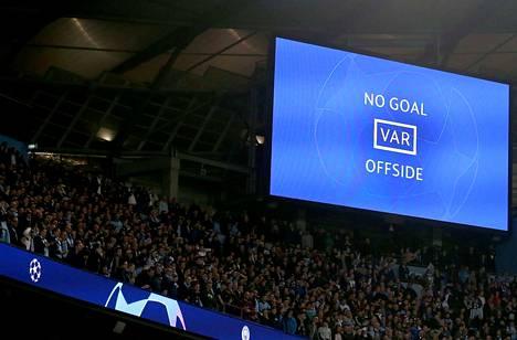 Lisäajan VAR-tuomio toi City-faneille suuren pettymyksen: ei maalia, ei jatkopaikkaa.