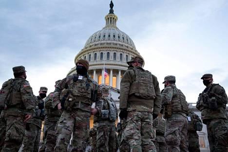 Peräti 25 000 kansalliskaartin jäsentä vartioi Washingtonissa Joe Bidenin virkaanastujaisjuhlallisuuksia.