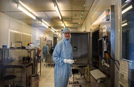 Operaattori Mika Barman höyrystää metallia kiekkojen päälle puhdashuoneessa Vaisalan laitoksella Vantaalla. Metalli suojaa lasikiekosta valmistettavia antureita lialta ja kosteudelta.