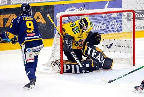 KalPan maalivahti Samu Perhonen loukkaantui, kun Valtteri Viljasen luistin osui hänen päähänsä. Myös KalPan ykkösvahti Eero Kilpeläinen on sivussa.