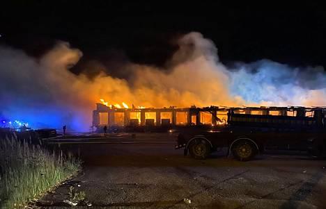 Vanha terminaalirakennus paloi tiistain vastaisena yönä Porin Helmentiellä.