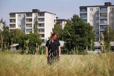 Johanna Rajala etsi torstaina siilejä Porin Sampolan Pirkanpuiston heinikosta. Läheisellä kotipihalla vierailee tänä kesänä enää neljä siiliä viime kesän kymmenien sijaan.