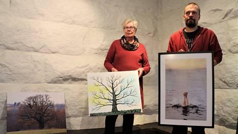 Keuruun Taiteilijaseuran puheenjohtaja Ulla Tulonen ja vuosinäyttelyn jyryttäjä Krister Gråhn esittelivät museon näyttelyn syksyisen nurkkauksen kolmea teosta: Juha Rainion Wiirattin tammea, Harri Lundenin Puuta ja Esko Soinin Sukellusta.