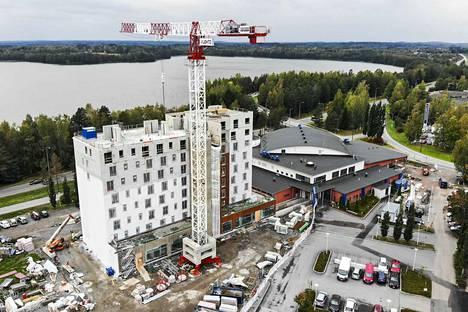 Kangasalan uusi hotelli toimii kesäkuun puolivälistä lähtien kahdessa kerroksessa Kuohu-uimahallin (oik.) vieressä.