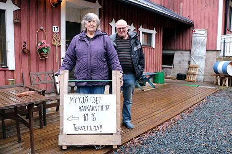 Anita ja Markku Kukkula ovat kunnostaneet Kerholan tiloja tämän vuoden ajan. Ensi viikolla he järjestävät kerhotalossa myyjäiset aamukymmenestä alkaen.